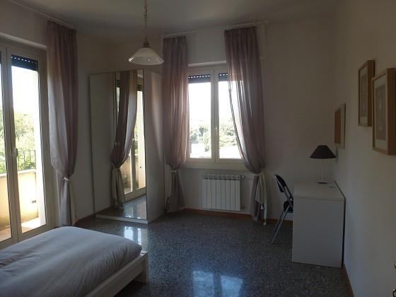 Stanza luminosa e ben arredata in appartamento di tre for Stanza affitto roma