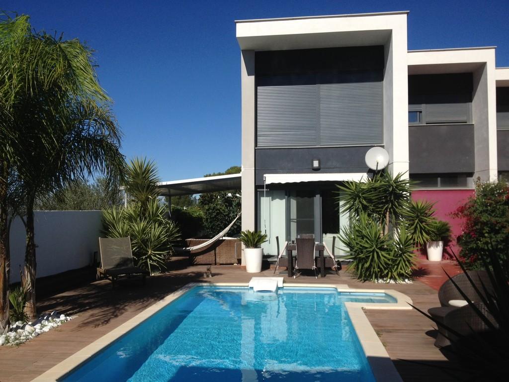 Casa de lujo con chofer y cocinero piscina barbacoa for Casas de lujo con jardin y piscina