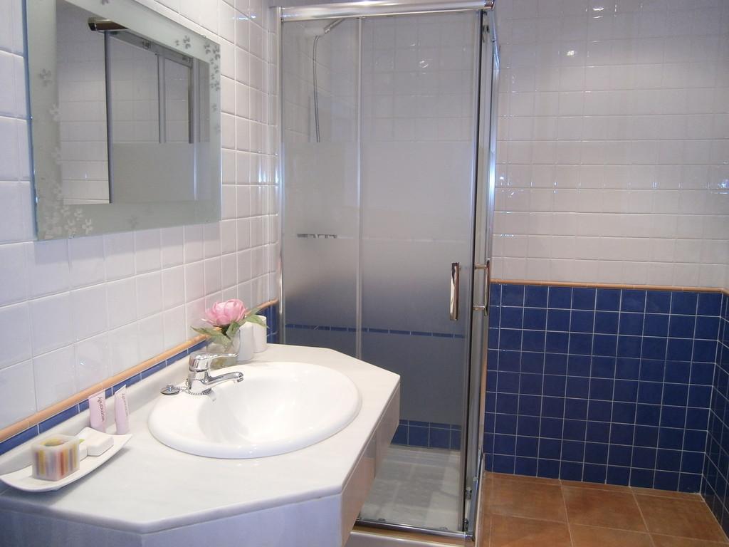 Nuevo Baño En Ciudad Real:Habitación con baño propio en Piso Nuevo, Zona ajardinada ,espacios