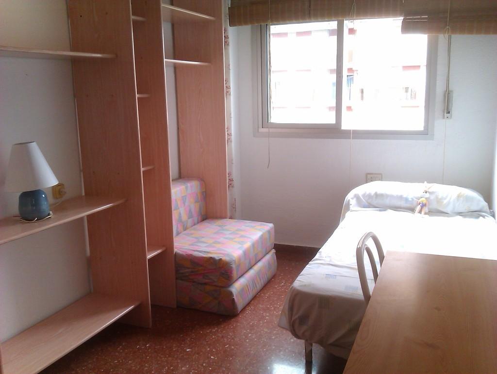 Habitaci n para estudiantes en piso tranquilo y economico for Habitaciones para estudiantes