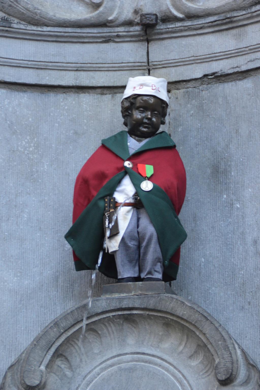 Manneken pis qu ver en bruselas - Nino 6 anos se hace pis ...