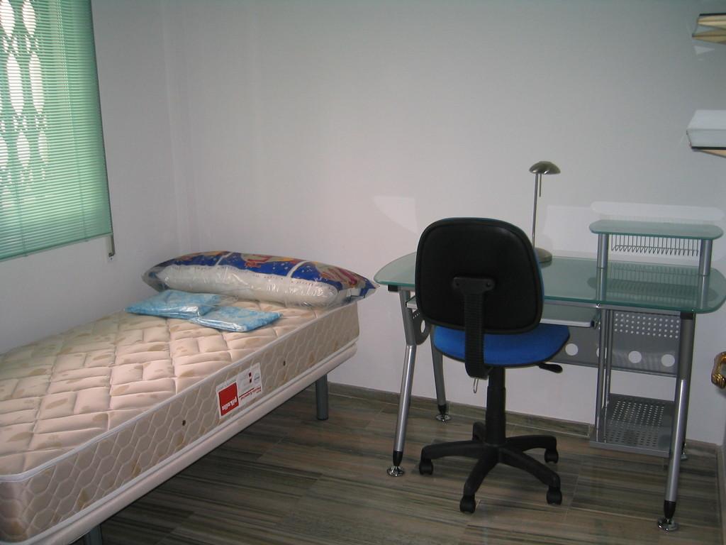 Piso amplio tres dormitorios totalmente amueblado para for Alquiler de habitaciones para estudiantes