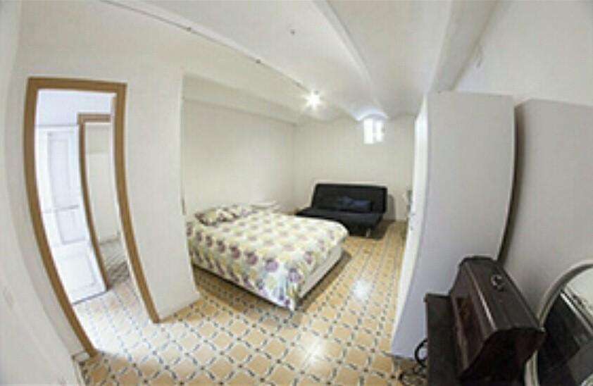 Preciosa y grande en habitaci n para chicas en el centro for Habitacion 73 barcelona