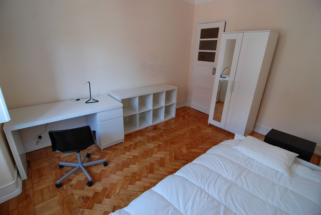 Spacious single rooms near city centre and university for Living room 10m2