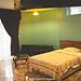 Amplia, soleada y ventilada habitacion con acceso a jardin y piscina.