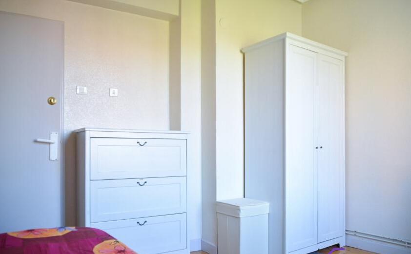 Habitación amplia y luminosa en bonito piso compar