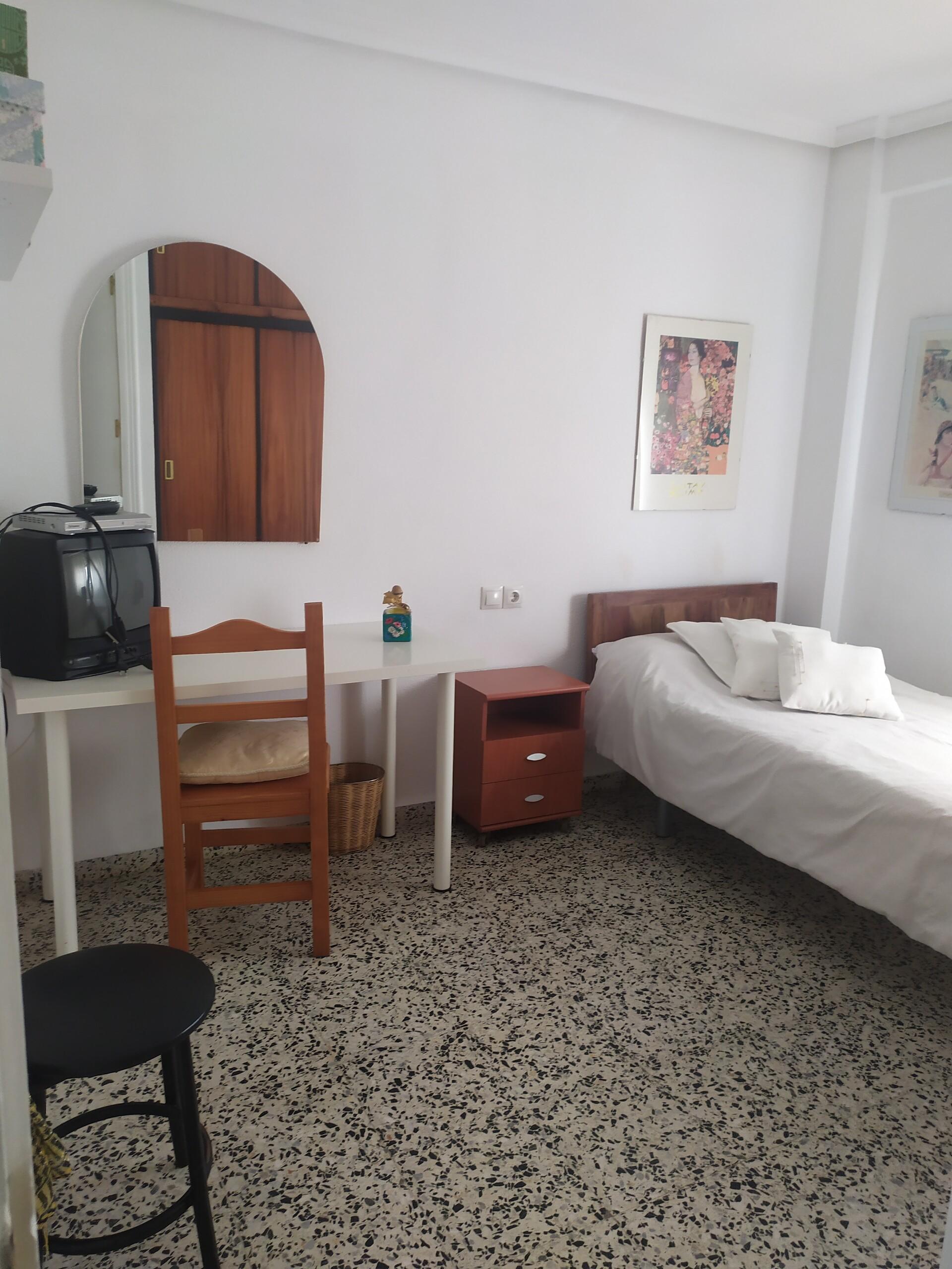 Habitación tamaño mediano, cama de  CMT, armario d