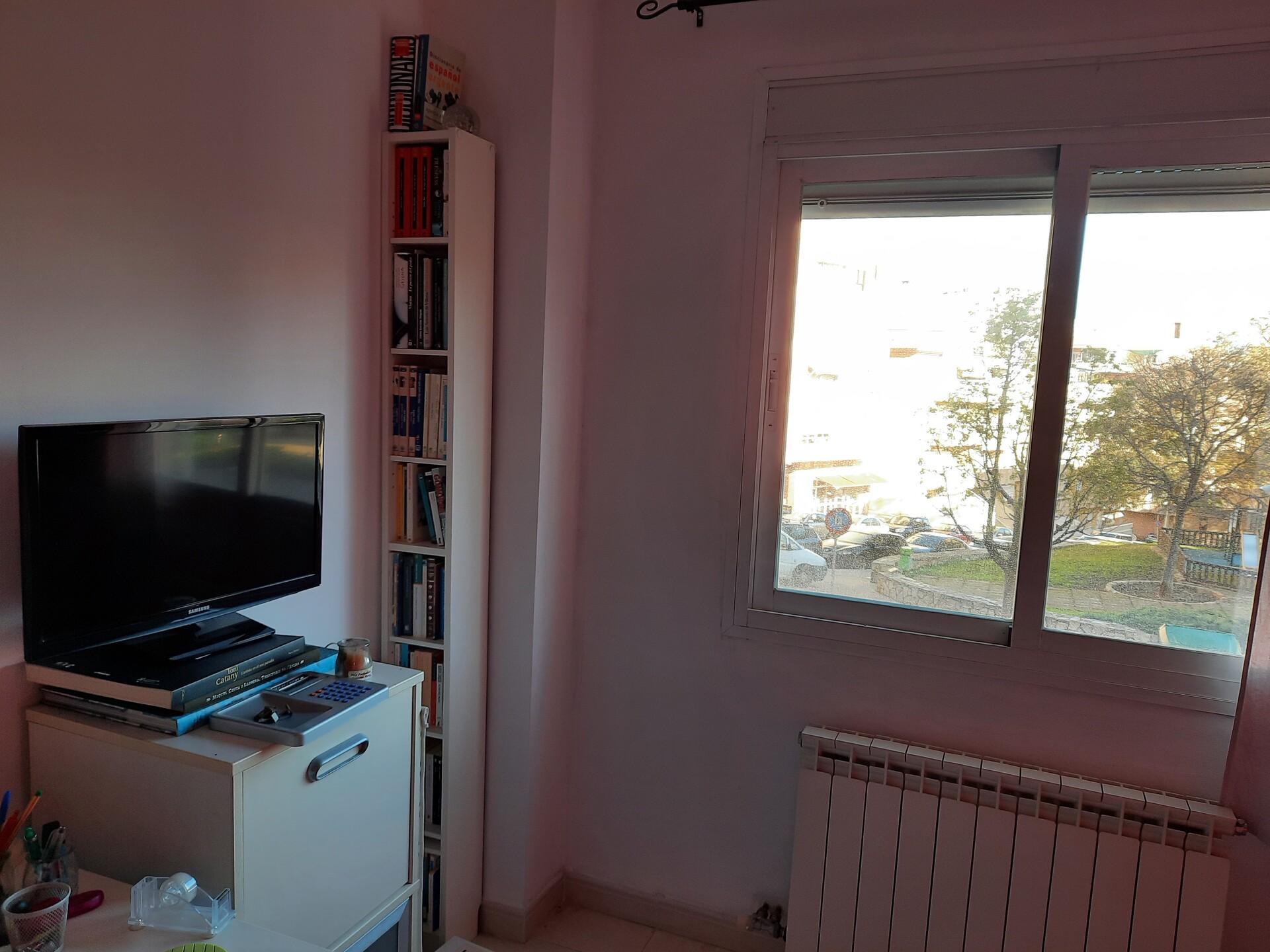 Habitación tipo estudio amplia y luminosa