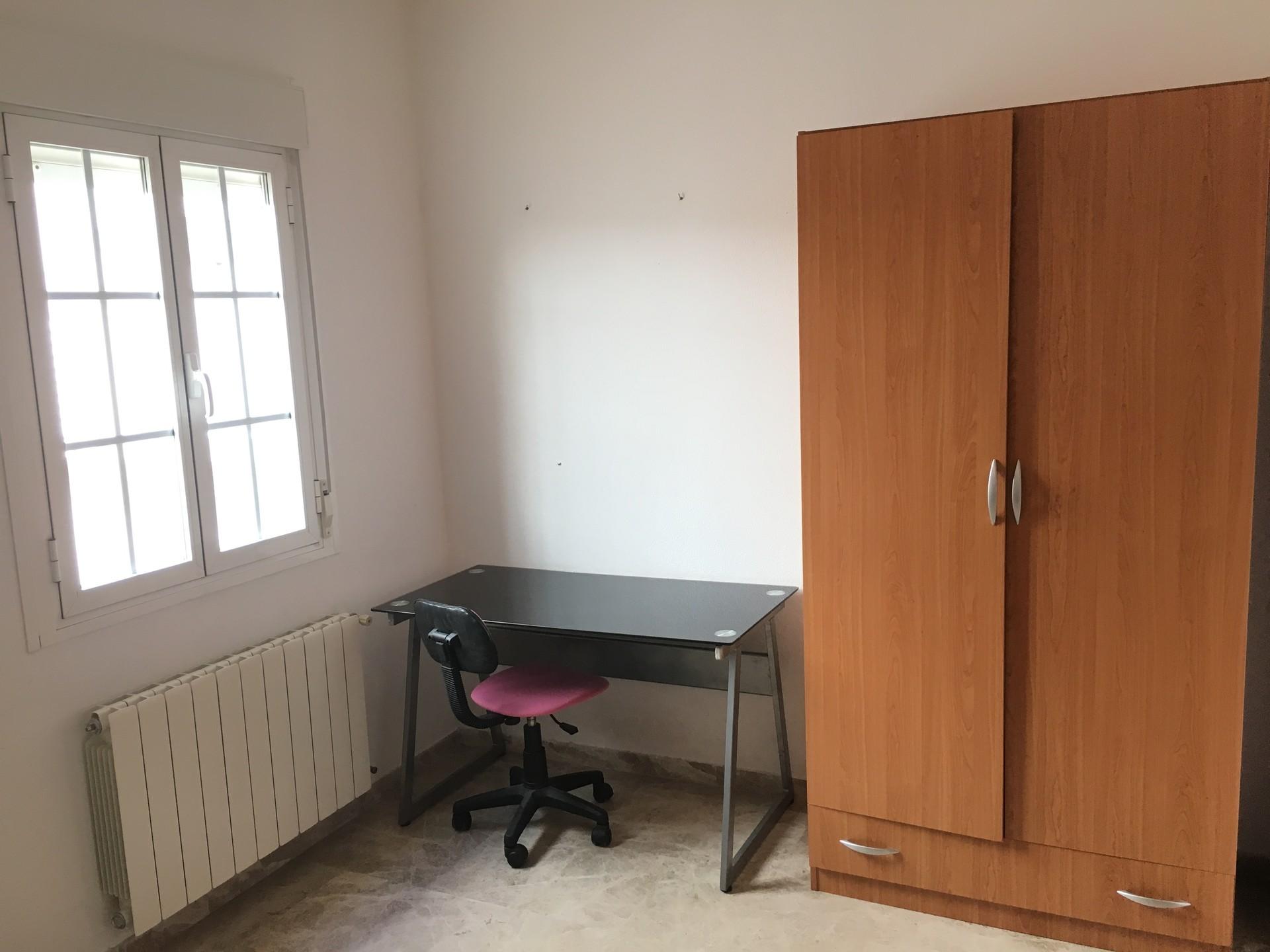 habitacion amplia y luminosa con armario escritori