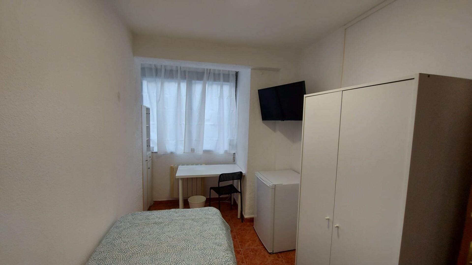 Habitación equipada con frigorífico y televisión m