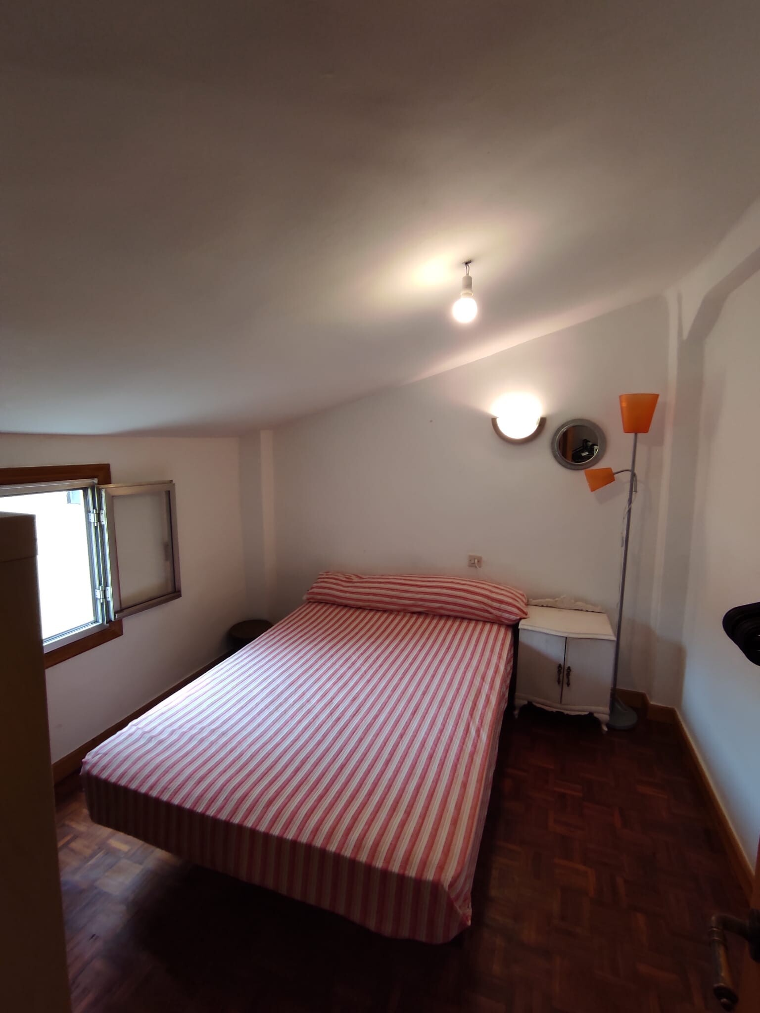 Room with double bed, autonomy area,