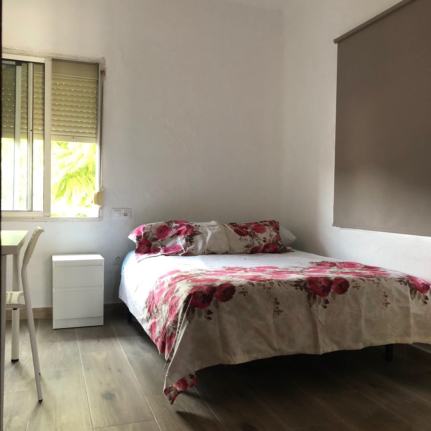 Habitacion luminosa y amplia con cama de matrimoni