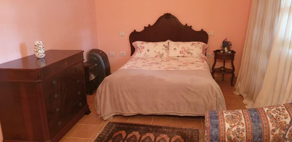 Habitacion con balcón y baño privado con mobiliari