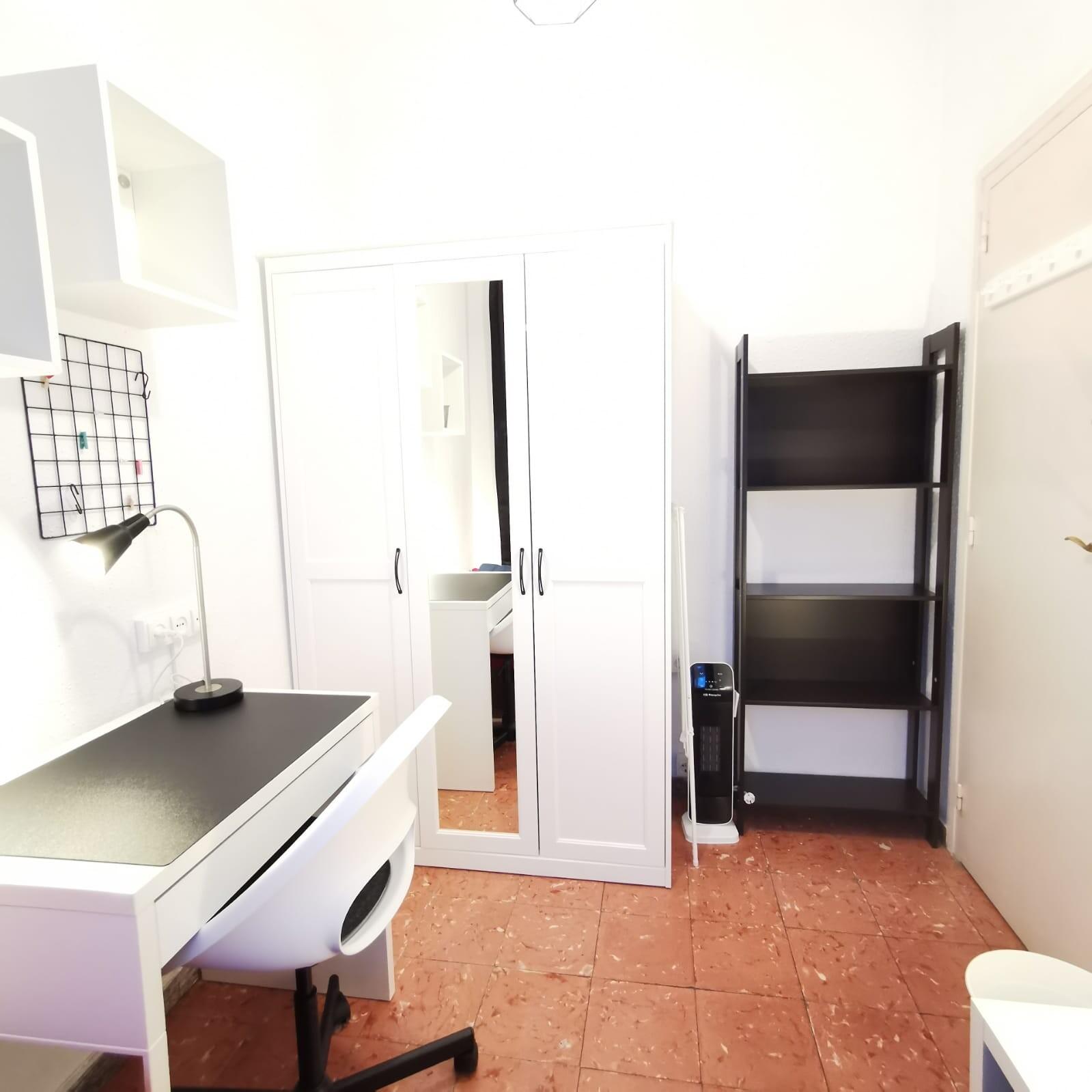 ROOM 4_Student single room in Sagrada Familia