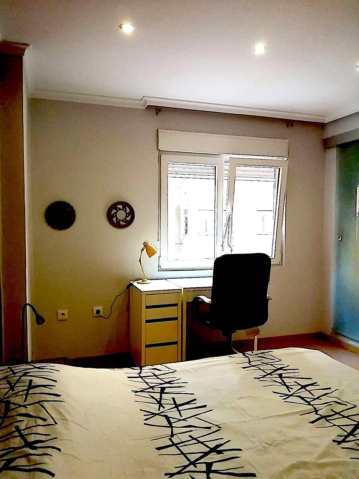 Amplio dormitorio con baño privado en piso compart