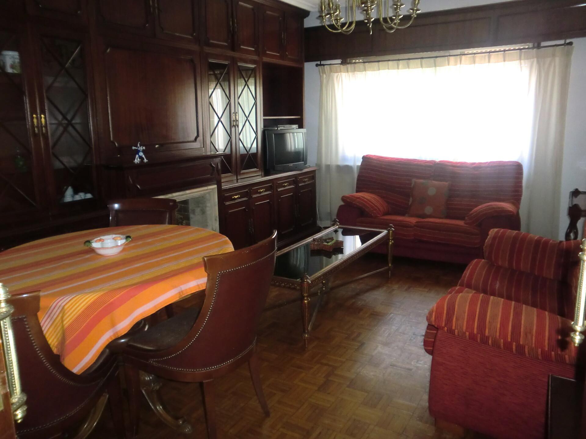 habitación cama grande ,amplia y luminosa. al lado