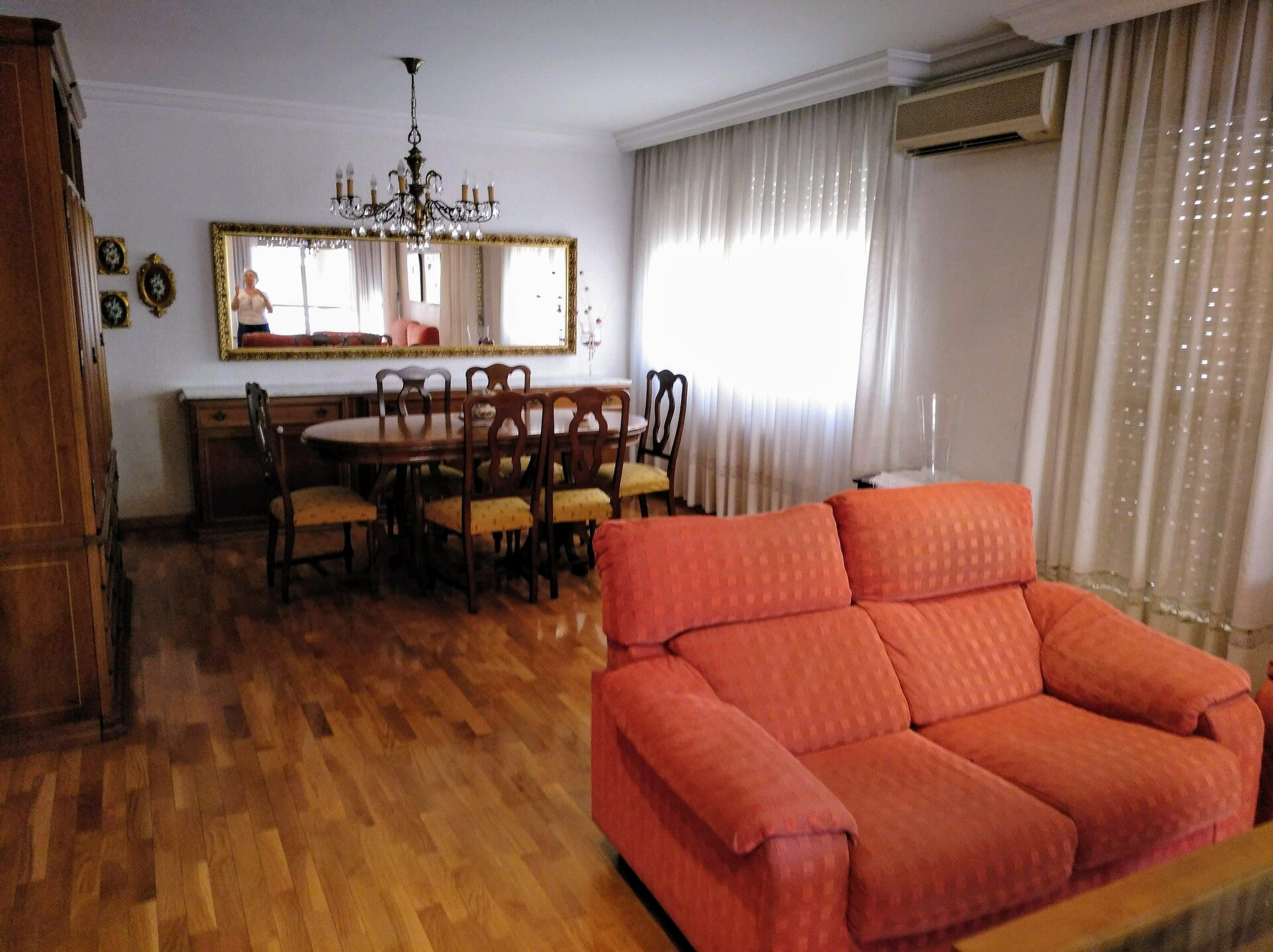 Se alquila habitación en piso amplio y luminoso