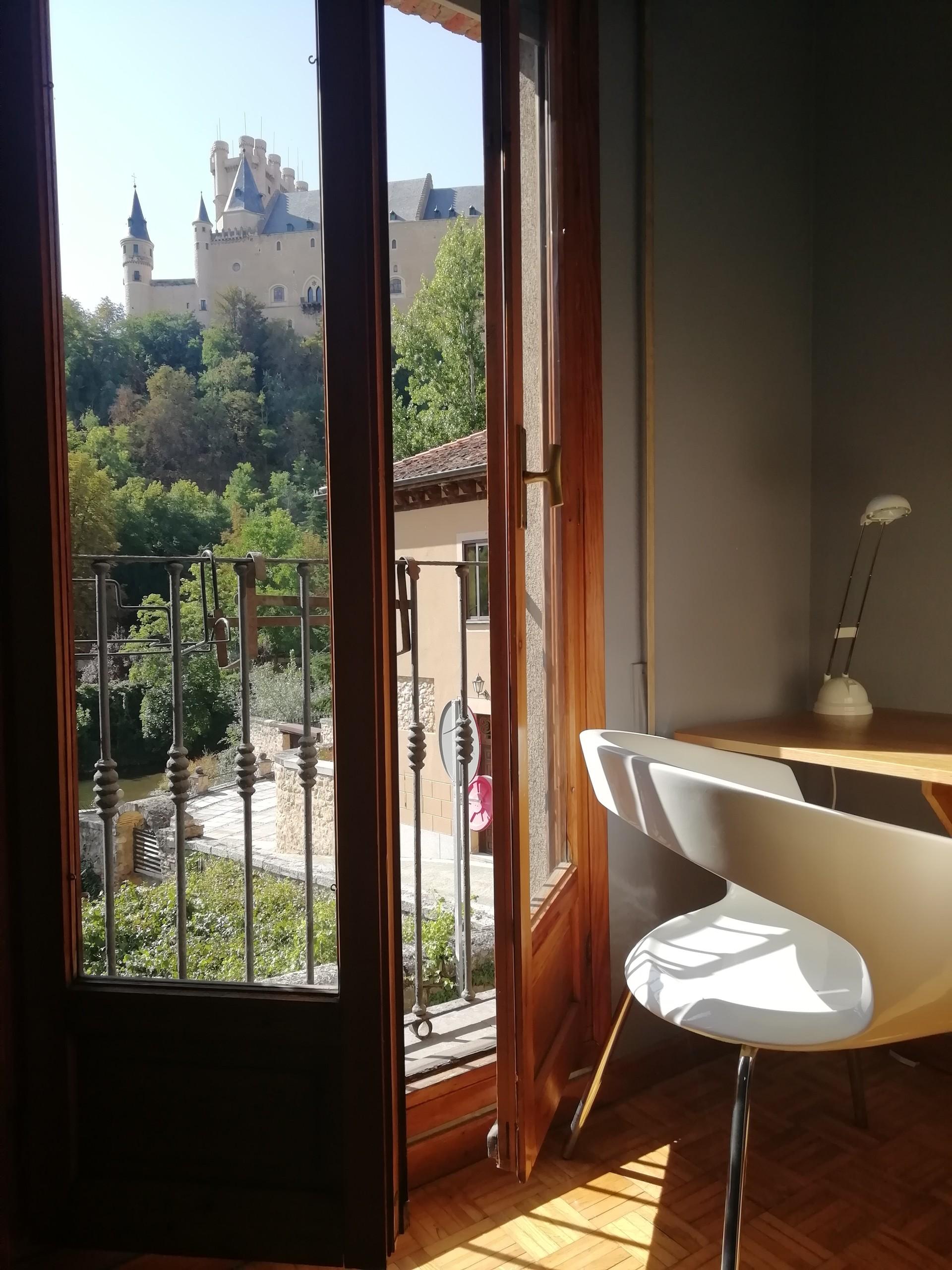 Habitación luminosa con balcón y vistas al Alcázar