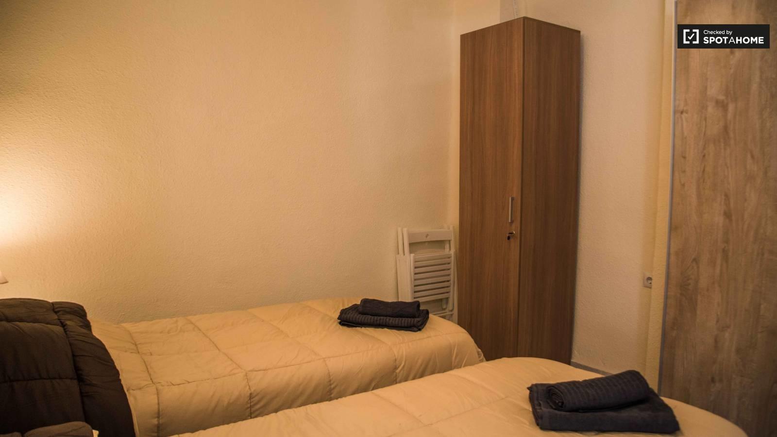 Habitación con 2 camas individuales y baño privado