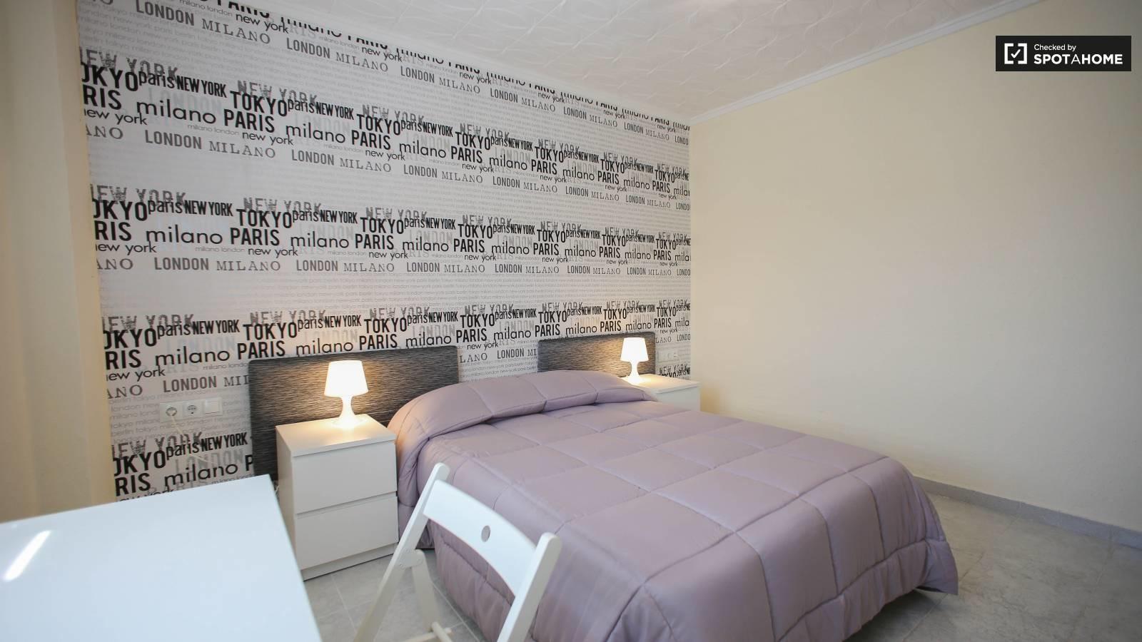 Habitación amplia con cama doble, escritorio y con
