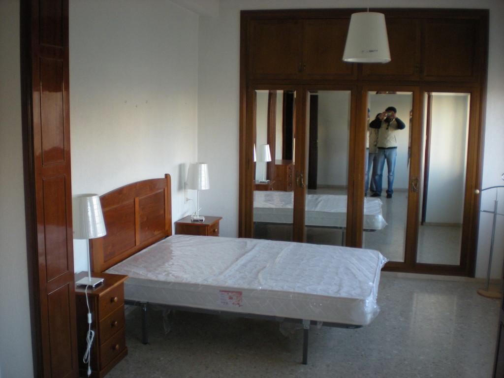 Alquiler de amplio piso 4 habitaciones almeria centro for Pisos de bancos en almeria