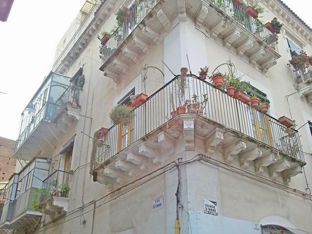 Ampia (25mq) camera singola, arredata, con doppio balcone centro