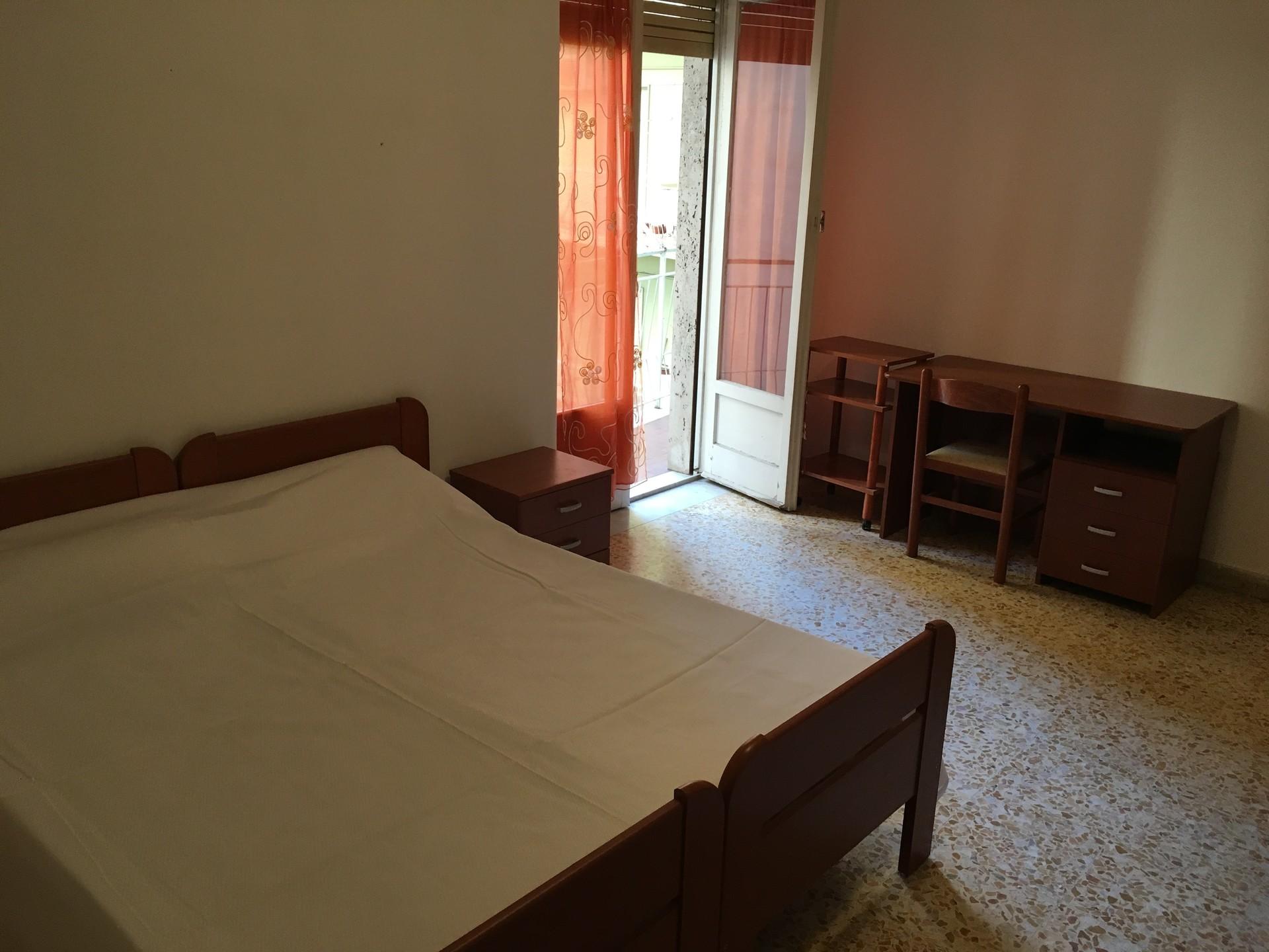 Ampia stanza con balcone e letto due piazze
