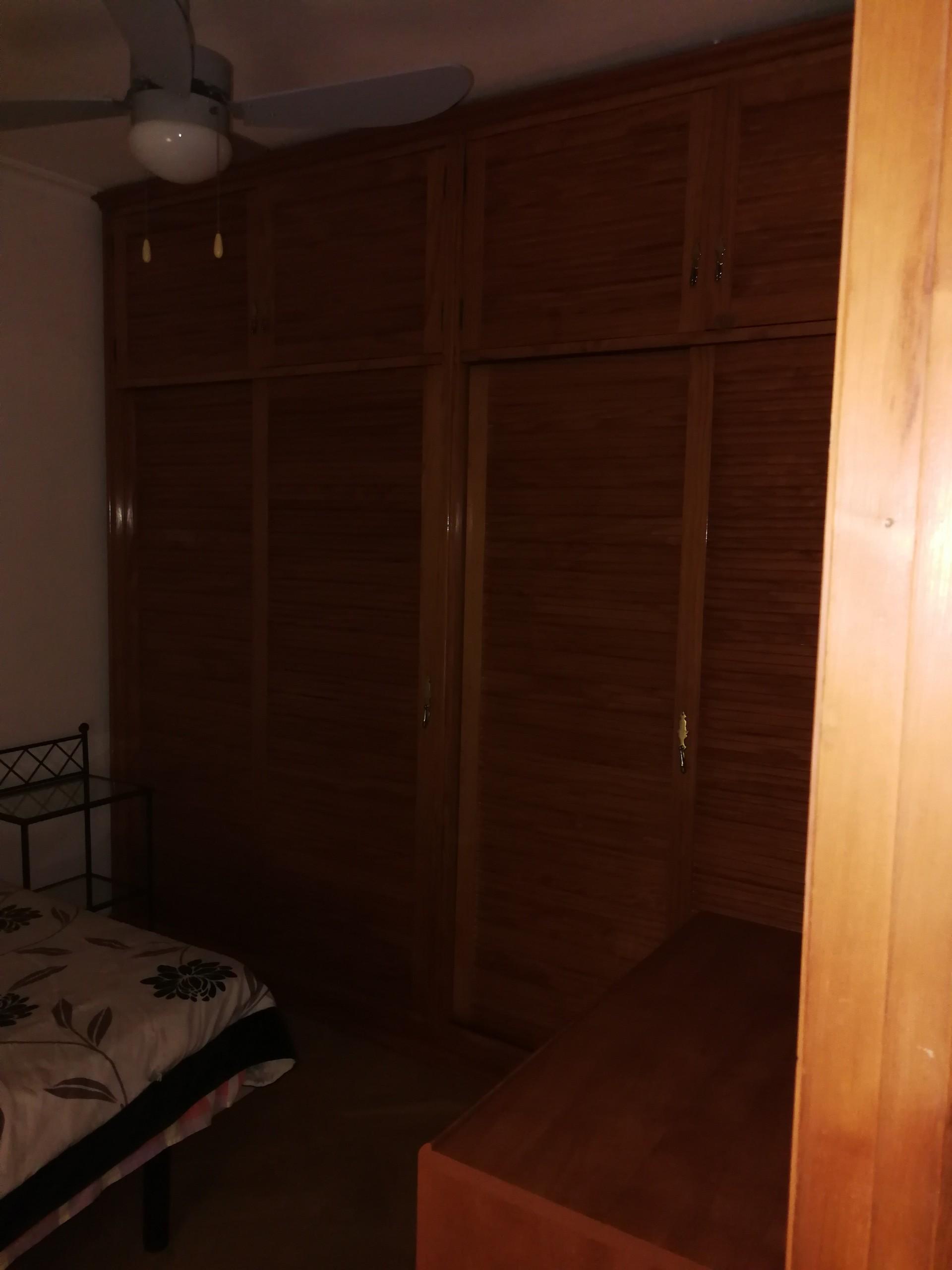 Amplia habitación con cama de matrimonio y armario empotrado