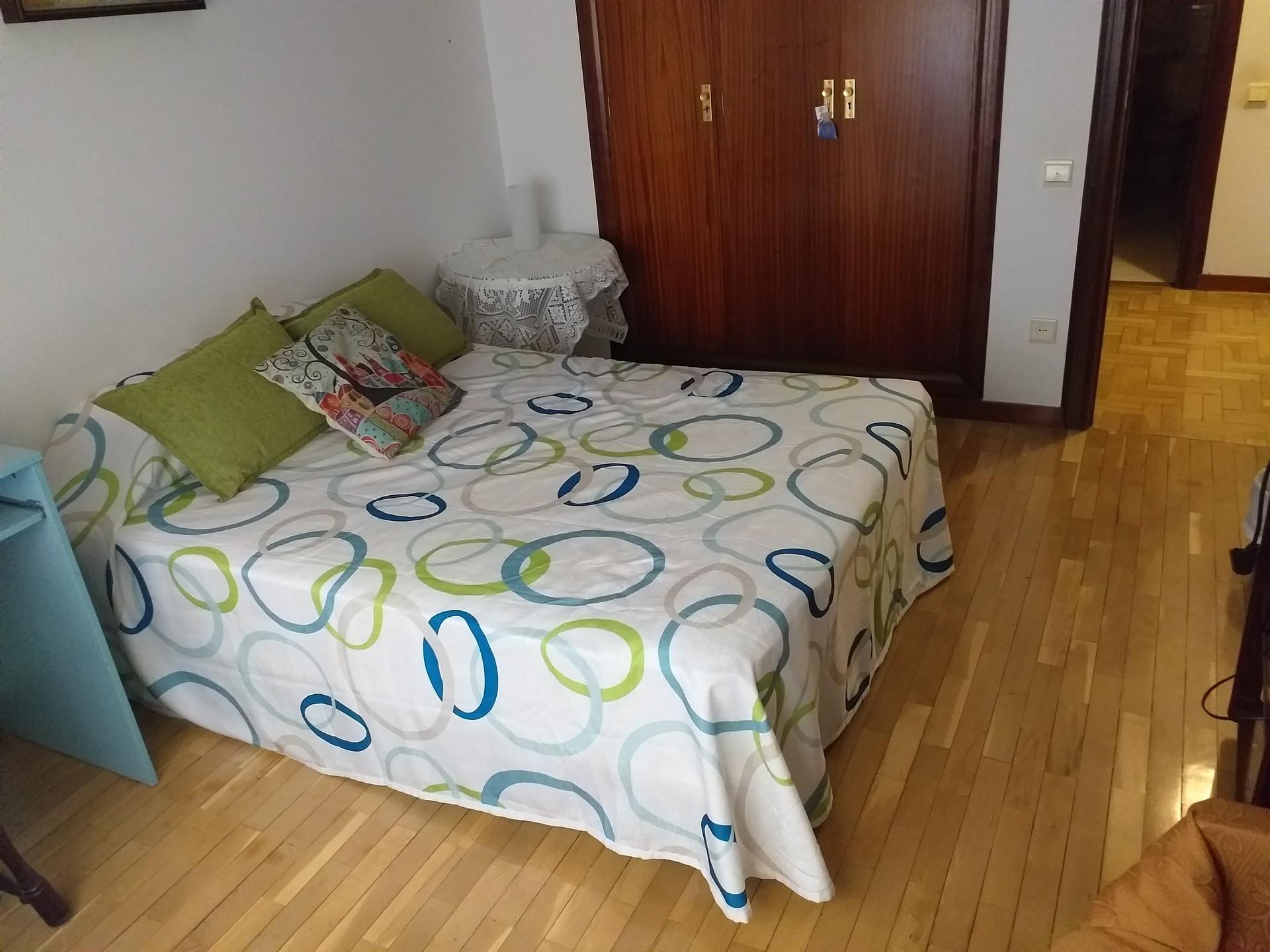 Amplia habitación en pleno centro de Logroño.