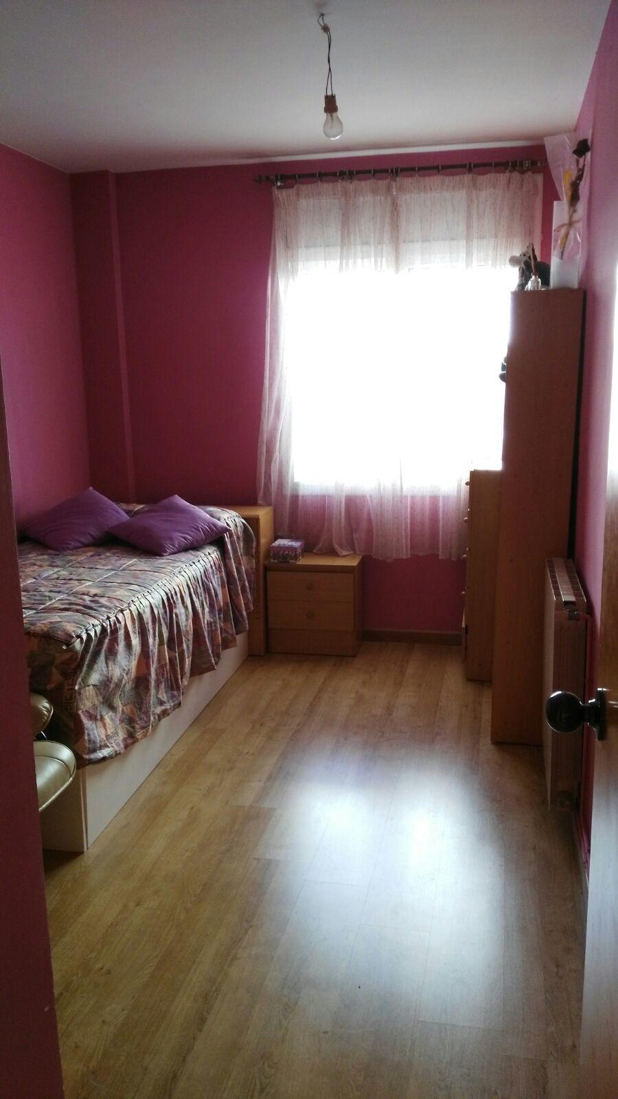 Amplia habitación en zona inmejorable para chicas