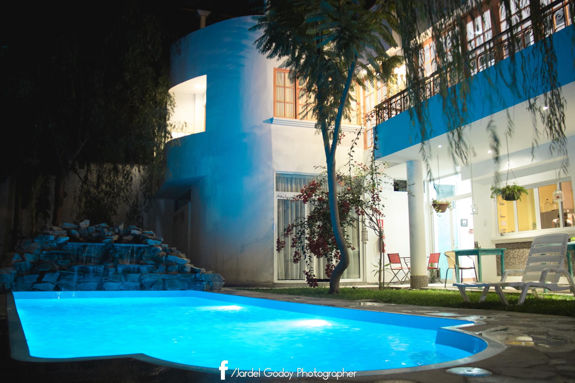Amplia, soleada y ventilada habitacion con acceso a jardin y pis