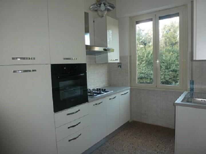 Due stanze singole in appartamento di tre stanze solo per for Stanze arredate