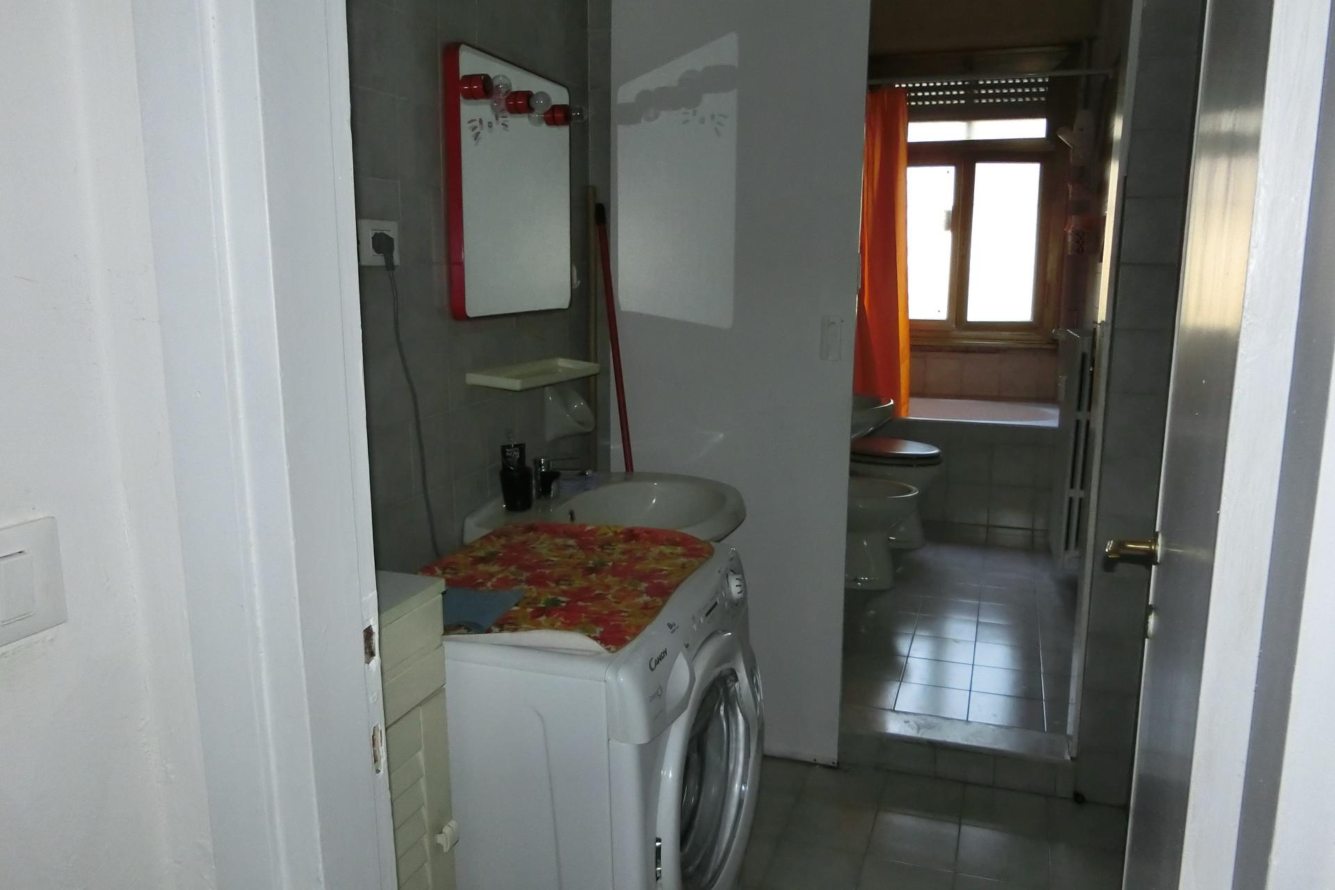 Stanza in appartamento di tre locali pi cucina abitabile bagno ed antibagno stanze in - Bagno e antibagno ...
