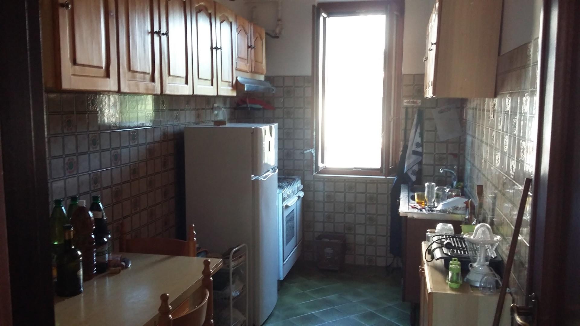 Stanza in appartamento luminoso e grande vicino metro b for Stanza affitto roma
