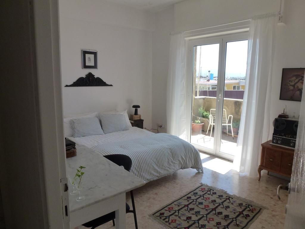 Stanza in appartamento luminosissimo attico balcone su for Affitto roma termini