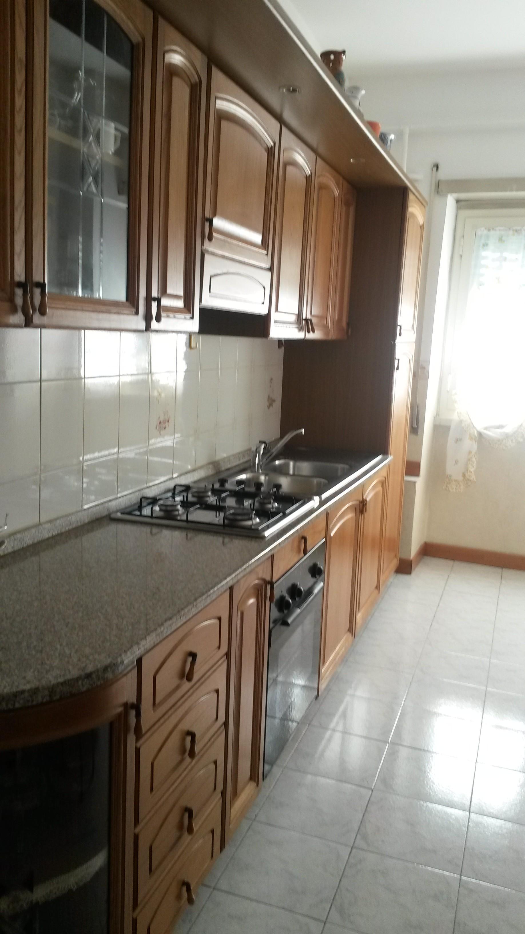 Camera in appartamento con tre stanze bagno e cucina a for Affitto roma salario
