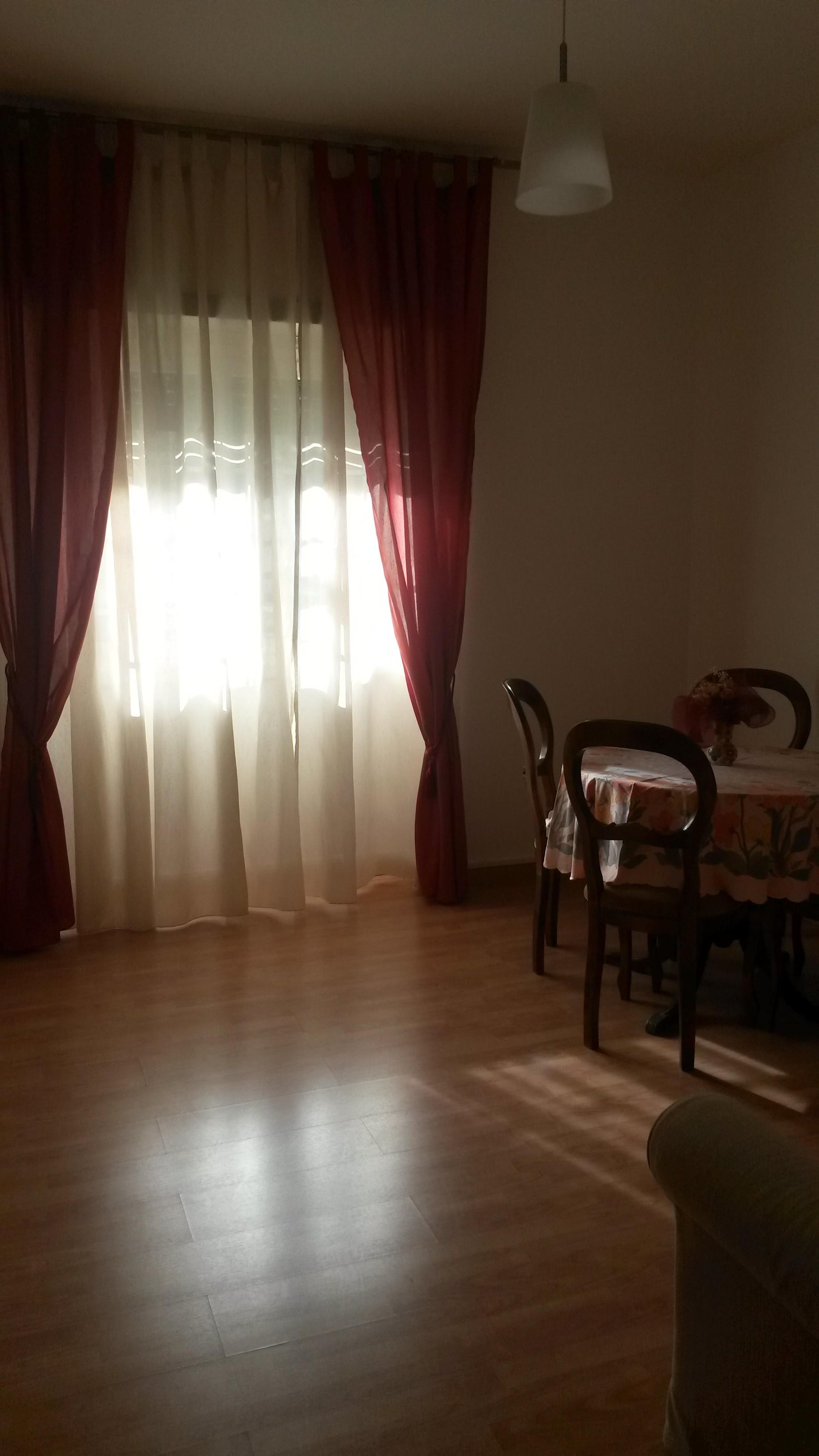 Camera in appartamento con tre stanze, bagno e cucina a nuovo ...