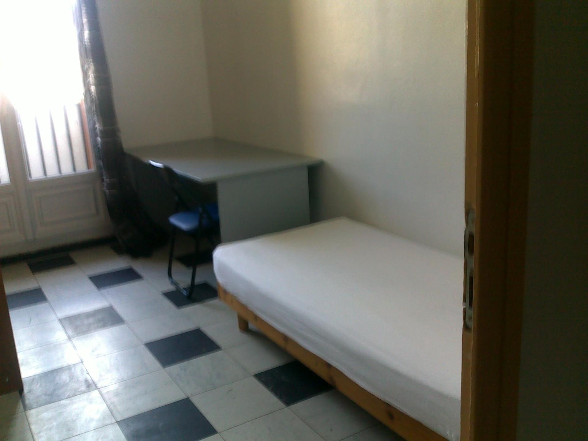 Chambre dans un appartement avec 3 chambres cuisine salon