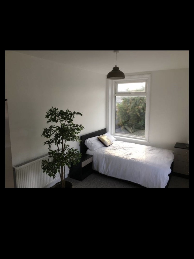 Attractive, Recently Decorated Double Room in Oldham, Manchester
