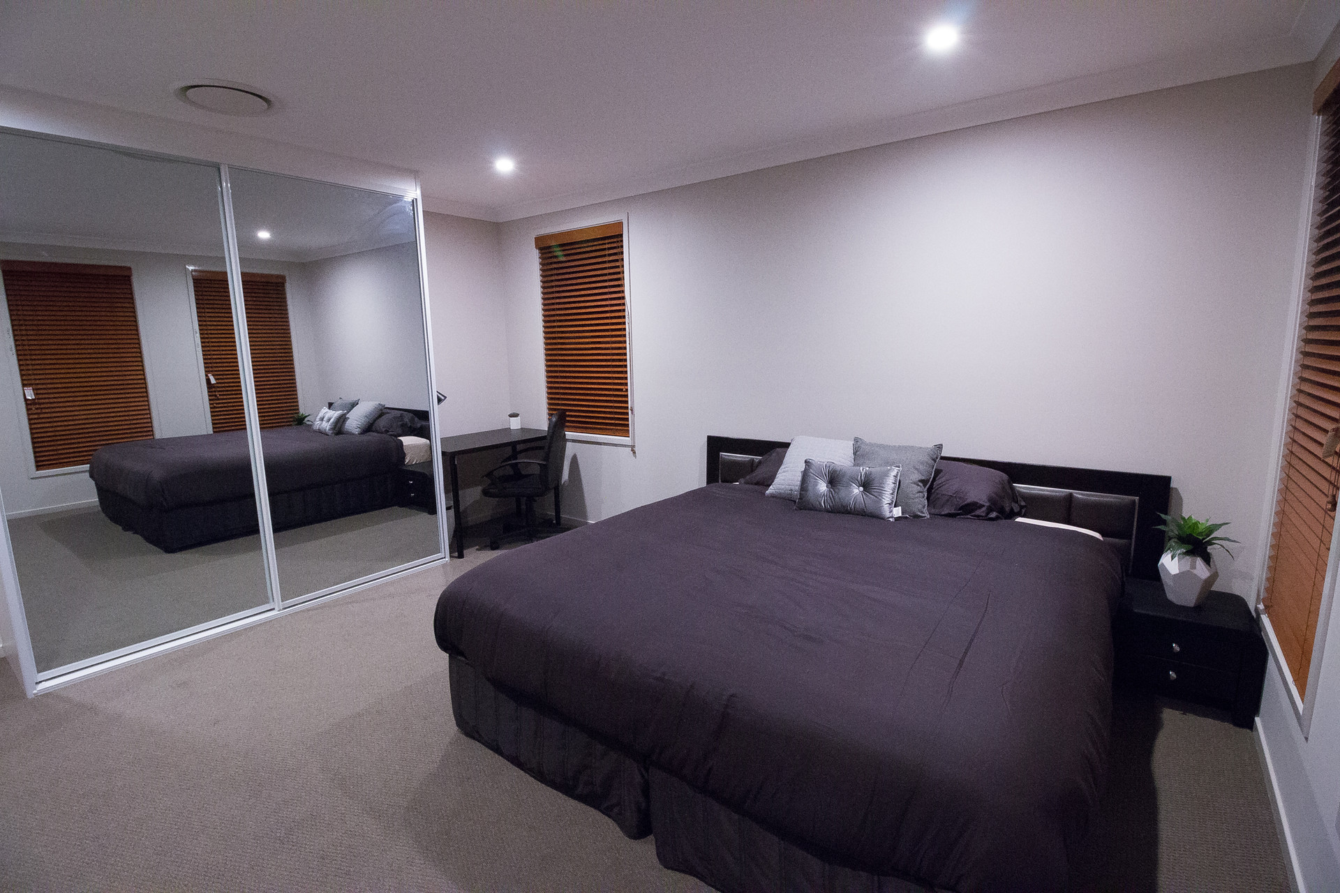 Beautiful room with big bed available close to Sydney