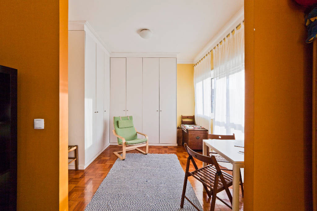 Beautiful spacious and charismatic 1 bedroom apartment flat rent porto for Spacious one bedroom apartment