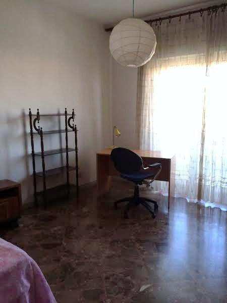 Luminosa stanza singola balconata per ragazze da luglio in for Stanza per ragazze