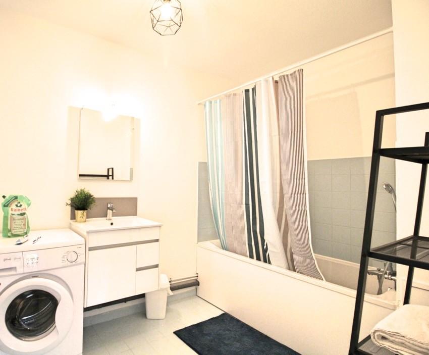 belle chambre avec v randa privative face au parc location chambres marseille. Black Bedroom Furniture Sets. Home Design Ideas