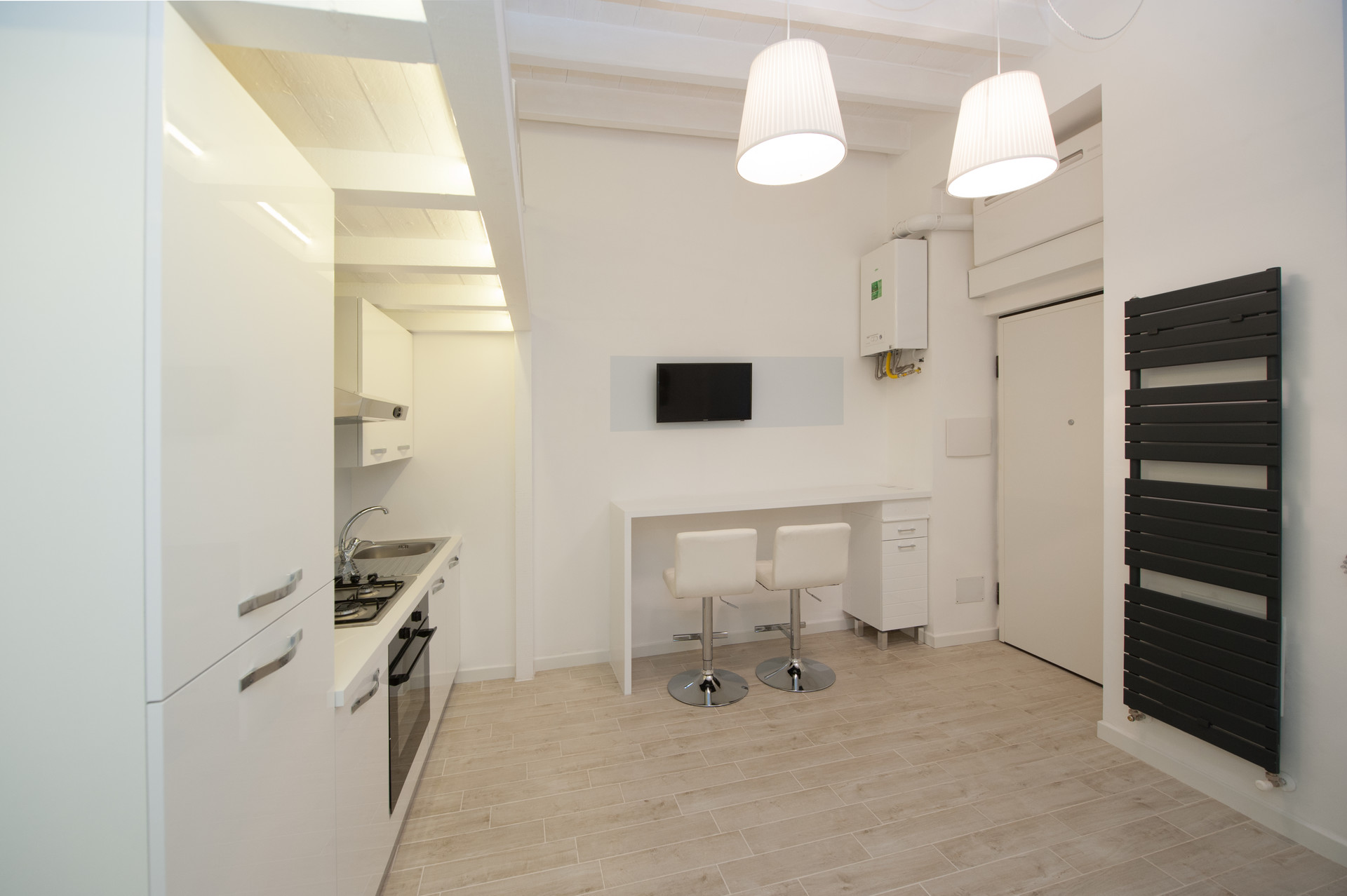 Live into the Wow: Bright and White Apartment close to Underground ...