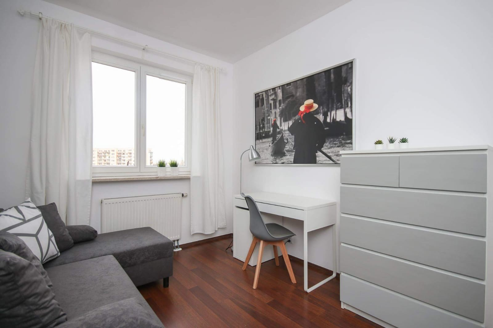 Big single or double room with corner sofa in Warsaw near Metro good  communication to city center , SGH, SGGW, PW and other Univ