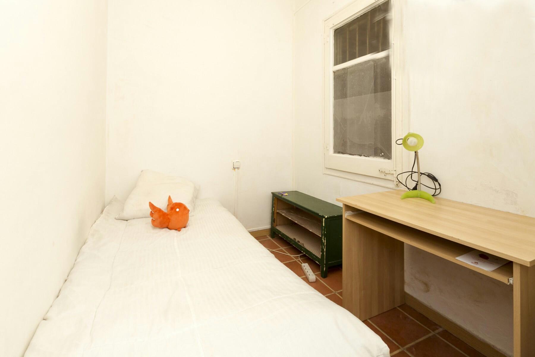Bonita y tranquila habitacion en piso renovado en gracia for Piso 1 habitacion barcelona