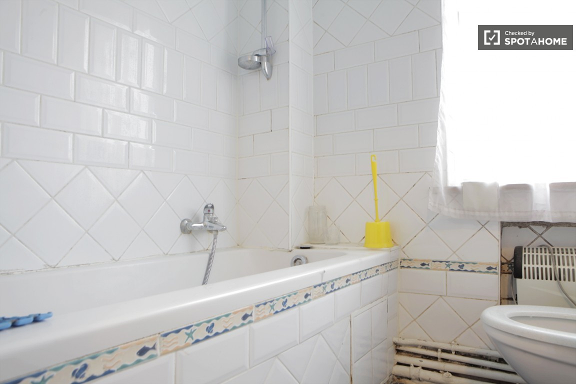 Bright room with private shower and toilet in Woluwe Saint Pierre