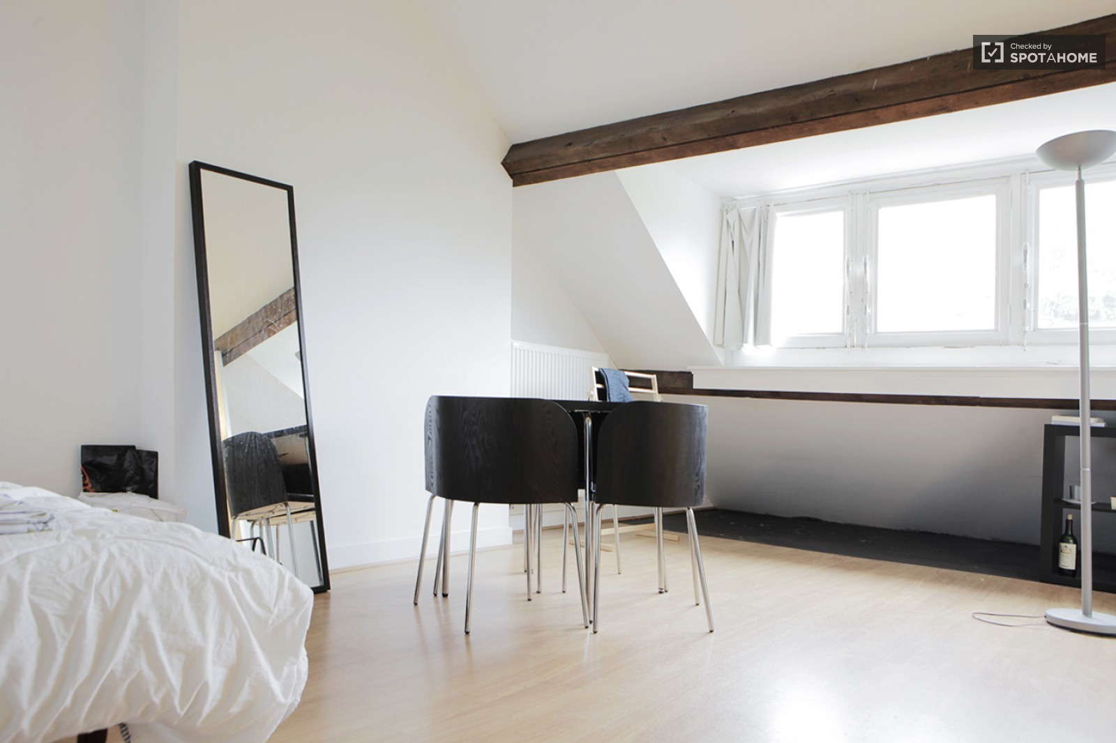 Bright room with private shower and toilet in WoluweSaintPierre