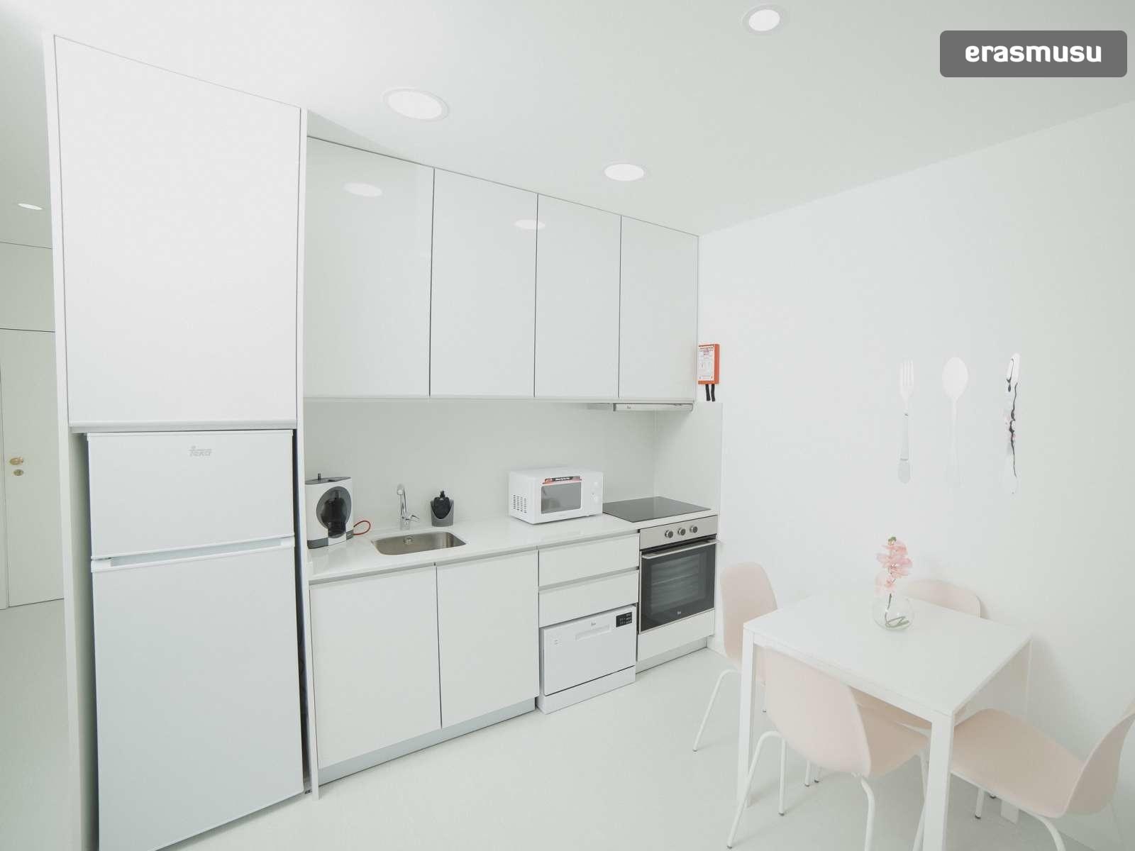 bright-studio-rent-santo-ildefonso-porto-4b53f53acaec667b02e5fc1