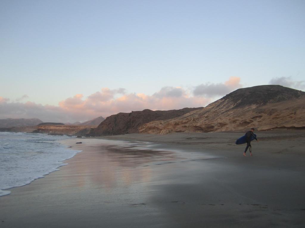 Cabalgando olas en La Pared, Fuerteventura